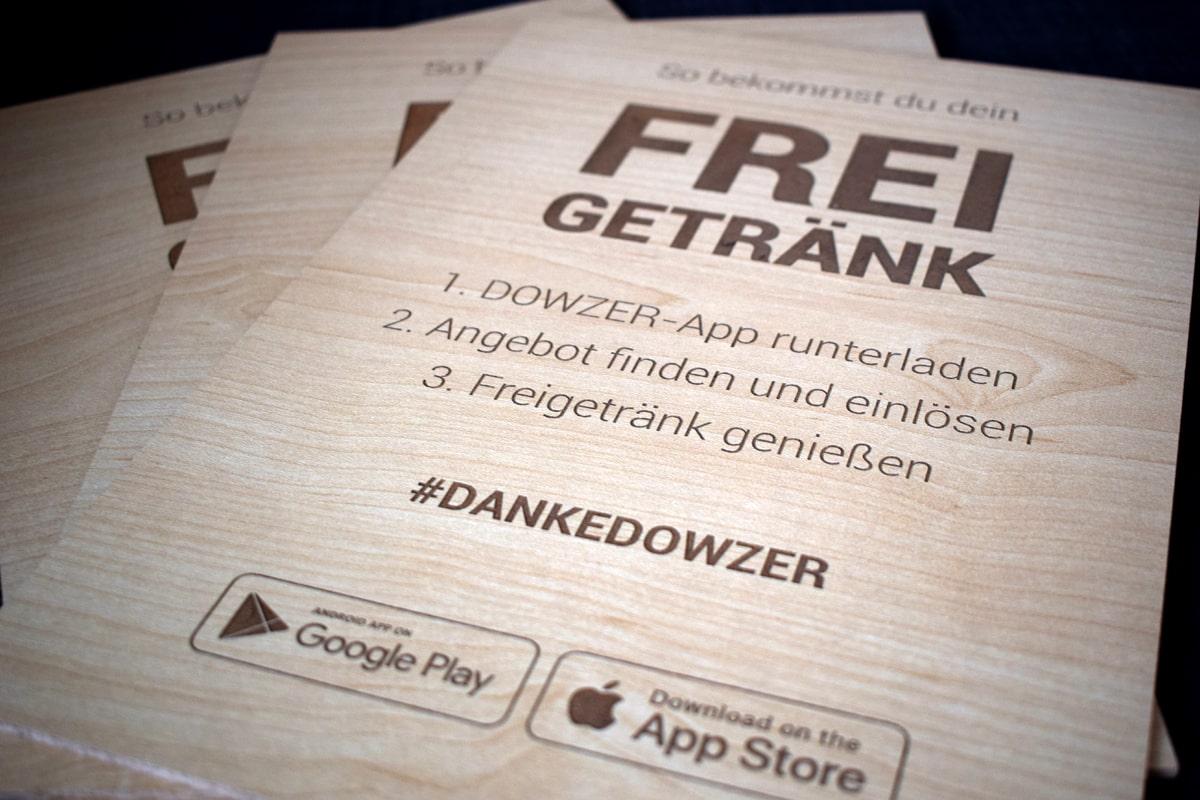 Dowzer App Holzschild mit Gravur