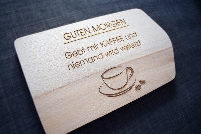 Gebt mir Kaffee und niemand wird verletzt - Frühstücksbrett mit Spruch