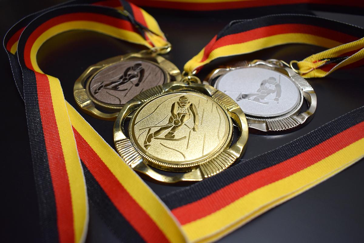 Hochwertige Medaillen mit Band und Emblem.